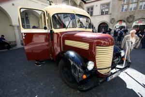 Historický autobus Praga RND na nádvorí Starej radnice pri príležitosti osláv 90. výročia autobusovej dopravy v Bratislave.