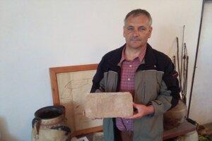 Na snímke starosta Štefan Vaclavik drží v ruke tehlu, ktorú pred viac ako storočím vyrábali miestni tehliari pre baróna Lužinského z Oždian.