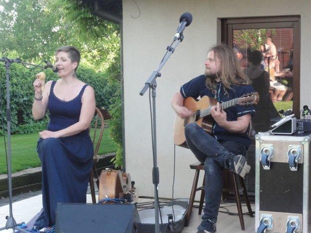 Vernisáž hudbou a spevom spríjemnili Martina Uhrinová a Martin Ralík.