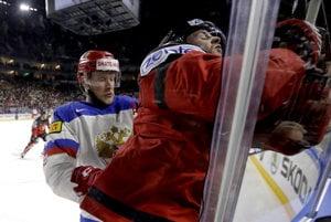 Rus Sergej Andronov (vľavo) vráža na mantinel Josha Morrisseya.