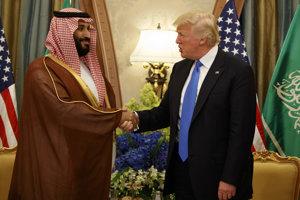 Trump (vpravo) so saudskoarabským korunným princom Mohamedom bin Salmanom, ktorý by mal po svojom otcovi prevziať vedenie v krajine.