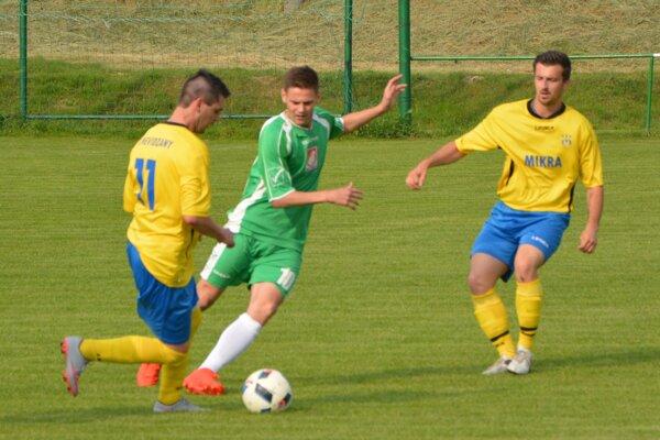 Michal Kaman (v strede) strelil v zápase dva góly, no Jacovce doma nevyhrali.
