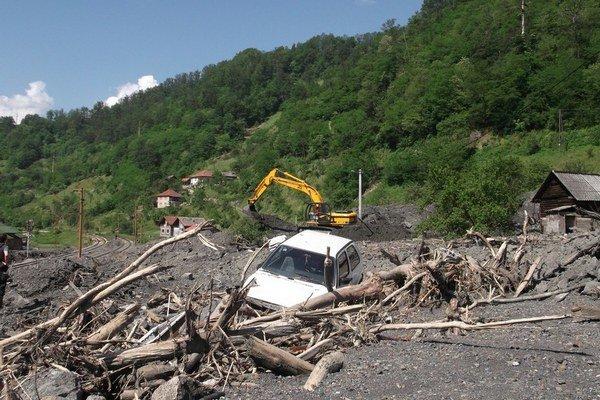 Topčič Polje zasiahli zosuvy pôdy spôsobené vytrvalým dažďom. Nános hliny má aj tri metre.