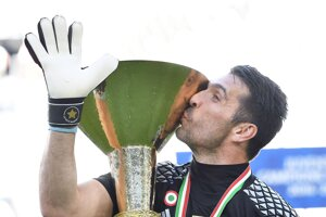 Gianluigi Buffon s ligovou trofejou.