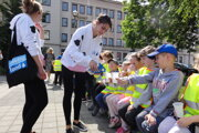 Škôlkári v Nitre dostávajú mlieko počas osláv svetového dňa tejto potraviny.