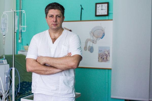 MUDr. Jozef Dubravický (44) - Urológ a andrológ. Vyštudoval Lekársku fakultu Univerzity Komenského v roku 1996, pracuje v Univerzitnej nemocnici v Bratislave. Má atestácie z urológie, andrológie, onkologickej urológie a intervenčnej ultrasonografie. V Bratislave vedie Urocentrum.