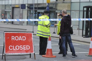 Uzavreté okolie haly v Manchestri, kde sa odpálil samovražedný atentátnik.