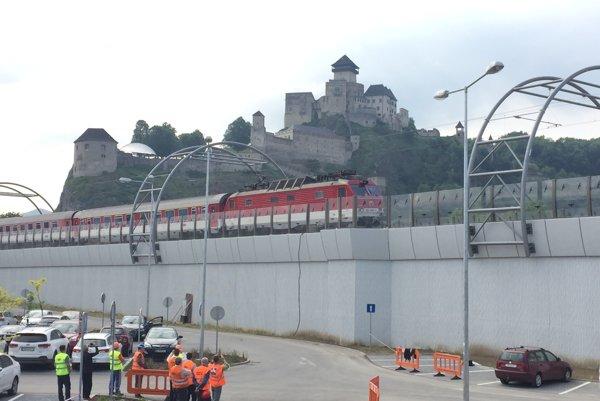 Prvý vlak na novom železničnom moste v Trenčíne.