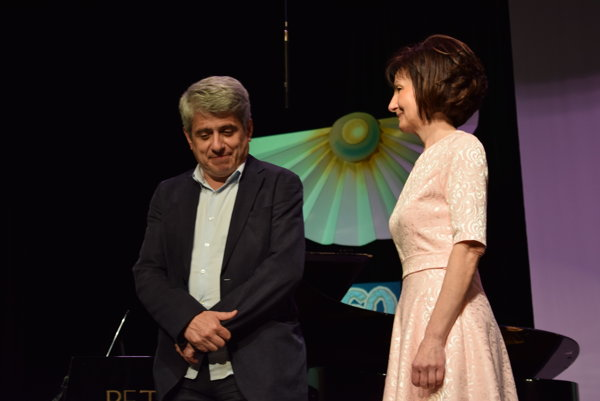 sPeter Breiner súhlasil, aby základná umelecká škola niesla jeho meno. Na snímke s riaditeľkou Danielou Polovkovou na slávnostnom koncerte školy.