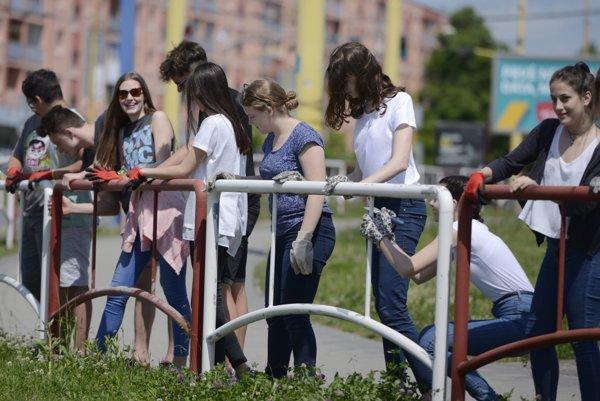 Študenti prvých ročníkov z Gymnázia sv. Moniky maľujú zábradlie pri križovatke Levočská, Hlavná a Sabinovská pred Strednou priemyselnou školou strojníckou.