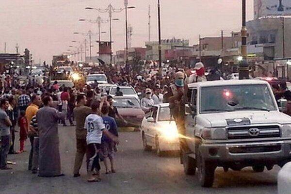 Prehliadka militantov v obsadenom meste Mósul.