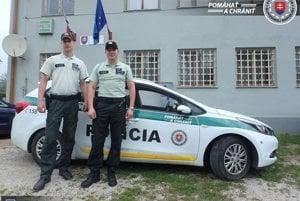 Marek Hlaváč (vľavo) a Marcel Gallo z Obvodného oddelenia PZ Štítnik.