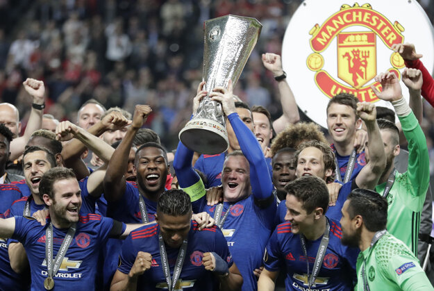 Hoci Wayne Rooney nastúpil vo finále Európskej ligy na trávnik až v 90. minúte, dostal kapitánsku pásku, takže víťaznú trofej zdvihol nad hlavu ako prvý.