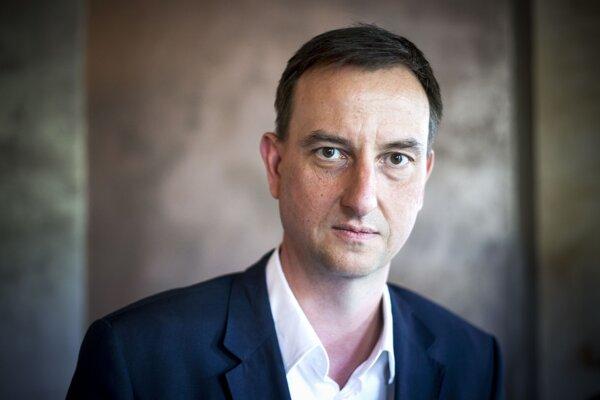 Bývalý minister kultúry Daniel Krajcer hovorí, že voľba riaditeľa RTVS v parlamente nie je o nič viac politická než, keď ho volila rada STV.