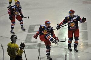 Na snímke druhý sprava Peter Hraško (Zvolen) oslavuje svoj úvodný gól v siedmom zápase štvrťfinále play off Tipsport Ligy.