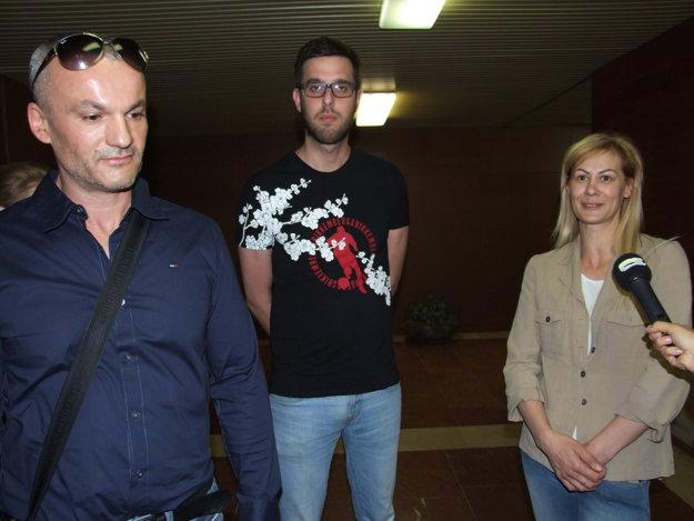 Práca v zábavnom podniku živí aj manželov Sklenárovcov a Ľuboša Krumpála (na fotke v strede).