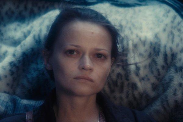 Z filmu Krotká bytosť.