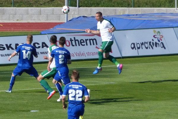 Akcia pred úvodným gólom. Laci Szöcs nahráva pred bránku na gól Danielovi Šebestovi.