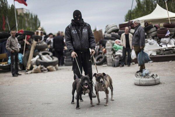 Proruský aktivista hliadkujúci v Donecku.