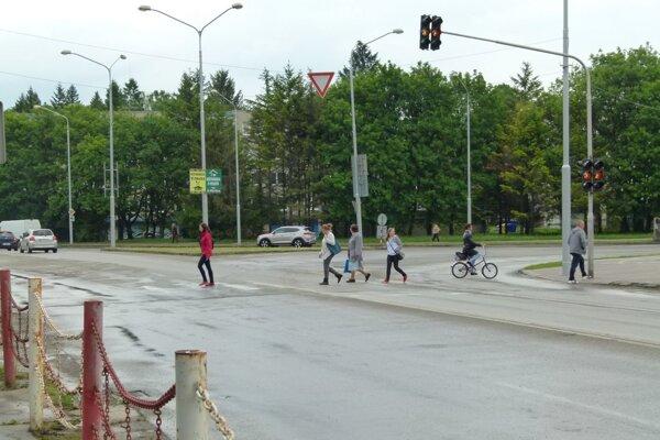 Na priechode s vypnutým semaforom si musia chodci dávať veľký pozor.