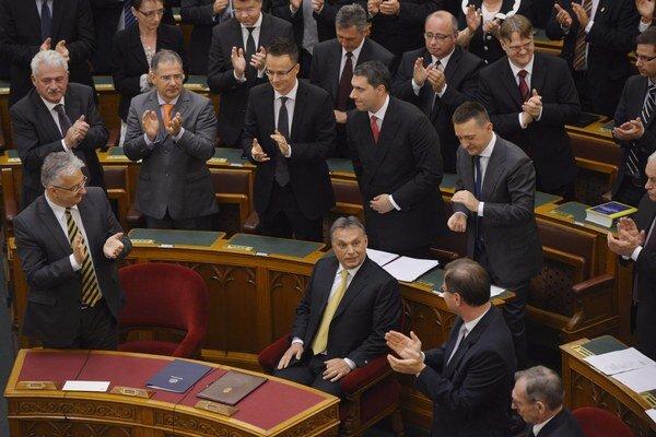 Staronovému premiérovi Viktorovi Orbánovi tlieskajú poslanci.