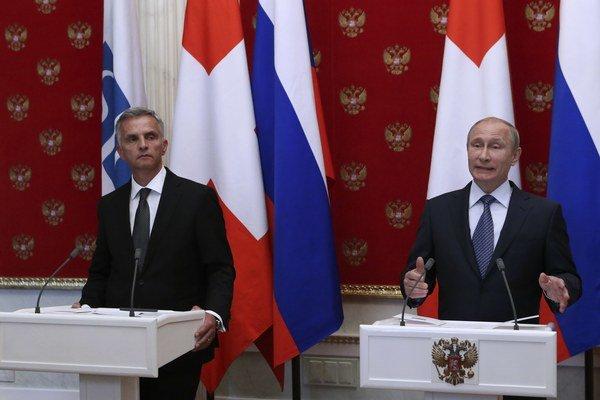 Ruský prezident Vladimir Putin (vpravo) na tlačovej konferencii s predsedom Organizácie pre bezpečnosť a spoluprácu v Európe (OBSE) Didierom Burkhalterom.
