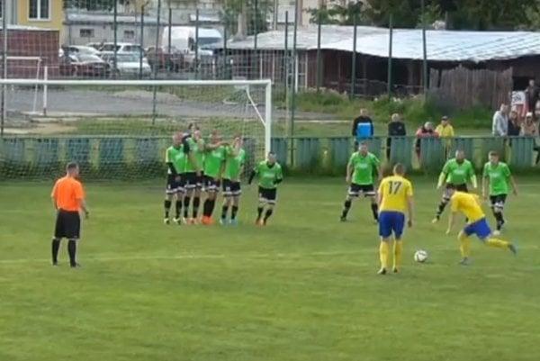 Marek Sýkora (číslo 17) zahráva štandardnú situáciu, z ktorej padol nádherný gól.
