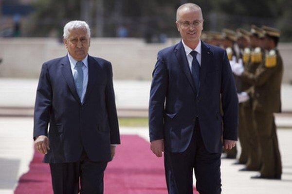 Jordánsky premiér Abdulláh Ensúr (vľavo) a palestínsky premiér Rami Hamdalláh.