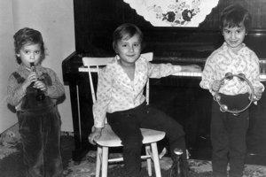Roman, Igor a Ivan Timkovci. Odmalička bolo jasné, že bratia Timkovci majú hudobný talent. Najstarší Roman (sedí na stoličke) sa narodil 16. septembra 1977, Igor (s tamburínou) prišiel na svet 5. septembra 1978 a Ivan (s trúbkou) 15. 11. 1980. Na snímke chýba ešte najmladší, 30-ročný Dušan.
