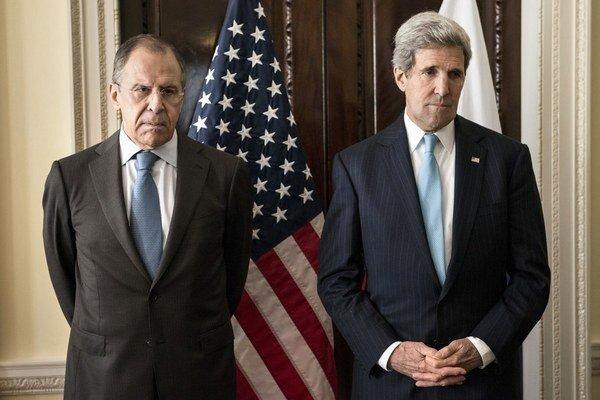 Ruský minister zahraničia Sergej Lavrov (vľavo) hovoril včera s americkým šéfom diplomacie Johnom Kerrym niekoľko hodín.