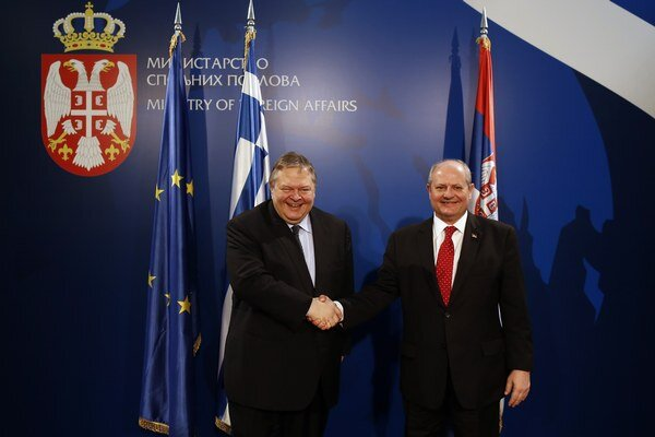 Srbský minister zahraničných vecí Ivan Mrkič (vpravo) si podáva ruku so svojím gréckym rezortným partnerom Evangelosom Venizelosom.