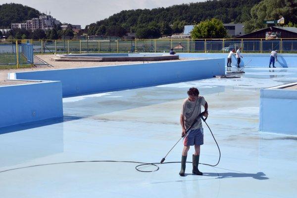 Čistenie neplaveckého bazéna.