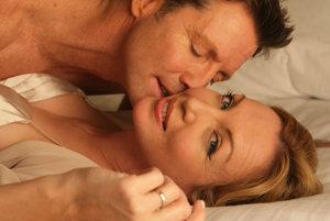 Muži majú svoje erektilné tabletky, čo však majú robiť ženy, ak chcú sexuálne žiť aj po päťdesiatke?
