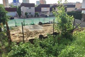 Výstavba bytovky na pozemku vedľa studničky.