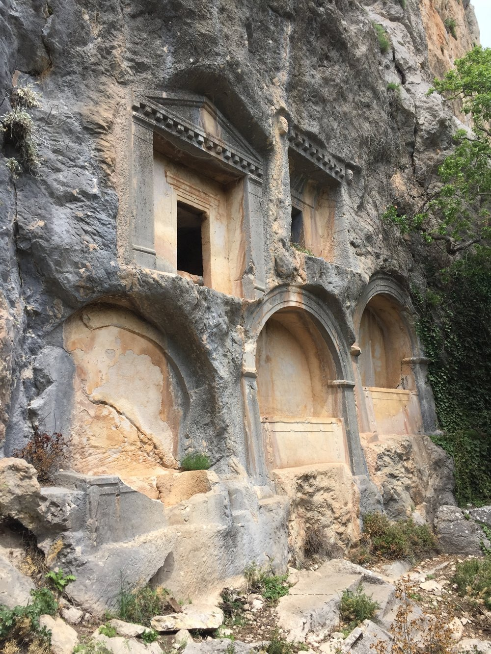 Hrobky vytesané v stenách