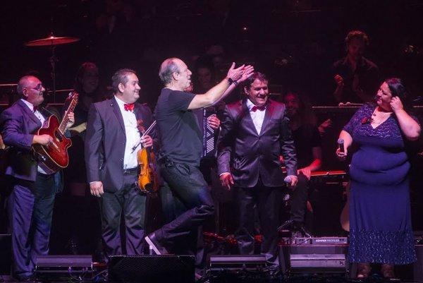 Takto sa Hans Zimmer zvítal so Sendreiovcami na koncerte v Bratislave.