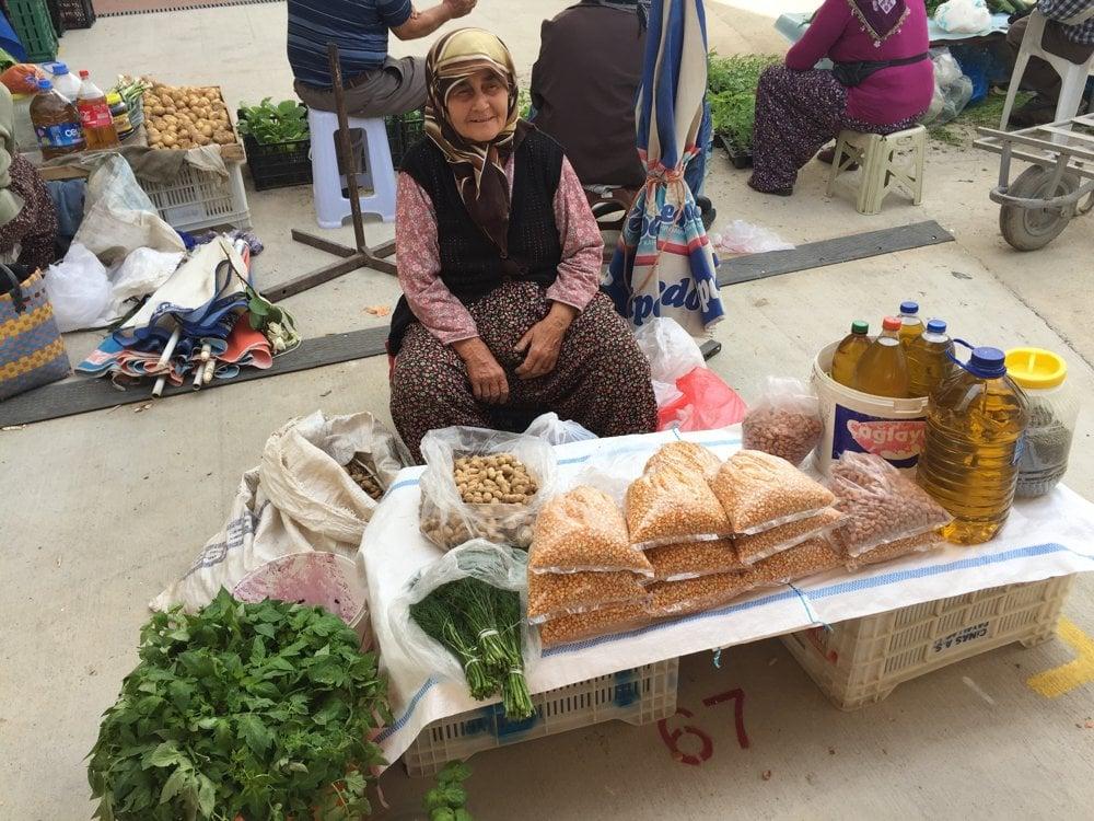 Babička Aiša predáva svoj tovar