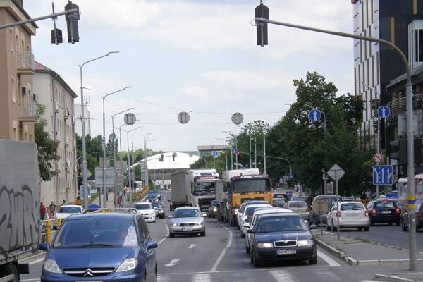 Cesta 1/64 vedie cez Univerzitný most (vzadu). Aj touto trasou pôjdu dodávatelia JLR.