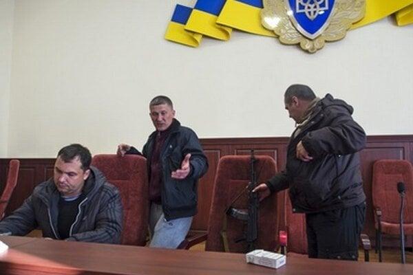 Ozbrojení demonštranti v Luhansku.