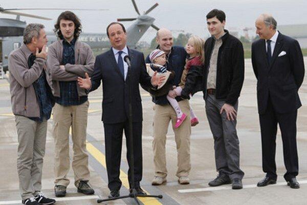 Prepustení novinári s francúzskym prezidentom.
