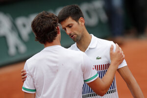 Novak Djokovič (vpravo) blahoželá Dominicovi Thiemovi.