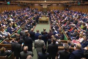 V dolnej komore britského parlamentu sedí koalícia a opozícia oproti sebe.