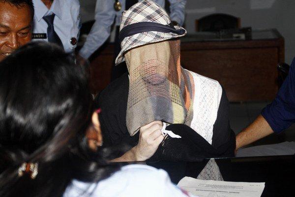 Schapelle Corbyová si zakrýva tvár pri jej prepustení na slobodu.