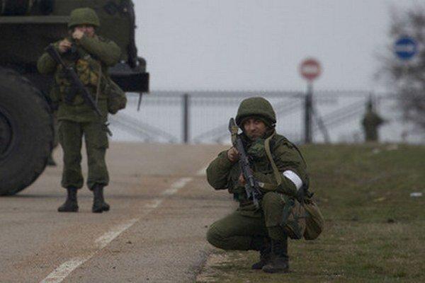Neznámi ostreľovači mieria so zbraňami počas blokády prístupovej cesty na vojenské letisko v krymskom Sevastopoli.