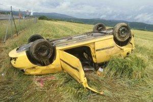 Auto sa prevrátilo, päť dievčat utrpelo zranenia.