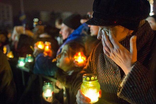 Ľudia v centre Kyjeva spomínajú na obete násilných stretov demonštrantov a policajtov.