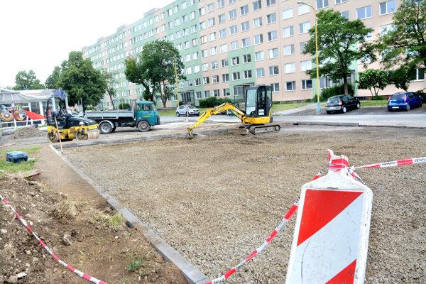 Nové parkovacie miesta. Vich výstavbe sa po prerušení opäť pokračuje.