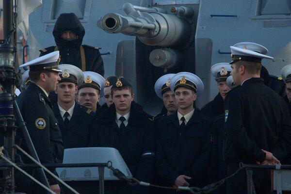 Ukrajinskí námorníci na palube lode Ternopil zakotvenej v prístave v Sevastopoli.