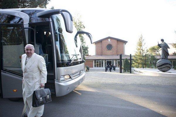 Pápež František rád využíva mestskú hromadnú dopravu a stretnutiu s ľuďmi sa nevyhýba.