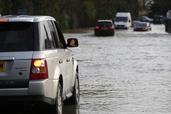 Silné búrky spôsobili v Británii problémy.